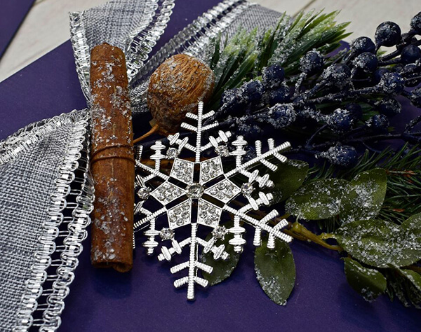 gift decorating ideas - cinnamon snowflake and berries - festive
